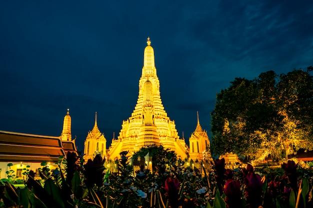 Wat arun ratchawararam al tramonto con bel cielo blu e nuvole viola. il tempio buddista di wat arun è il punto di riferimento a bangkok, in thailandia.