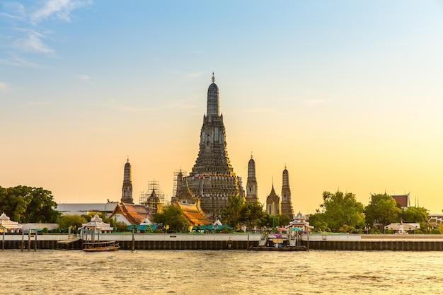 Wat arun temple, tempio tailandese antico di budhism vicino dal fiume