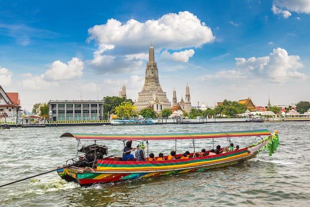 Tempio di wat arun a bangkok, in thailandia in un giorno d'estate