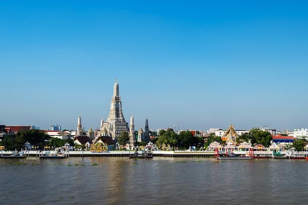 Tempio di wat arun e fiume chao phraya con cielo blu a bangkok, in thailandia