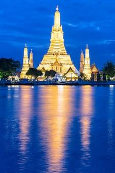 Wat arun (tempio dell'alba) e il fiume chao phraya, bangkok, thailandia