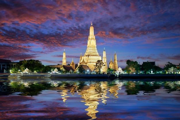 Tempio di wat arun acceso durante il tramonto. tramonto dietro il wat arun, bangkok in thailandia
