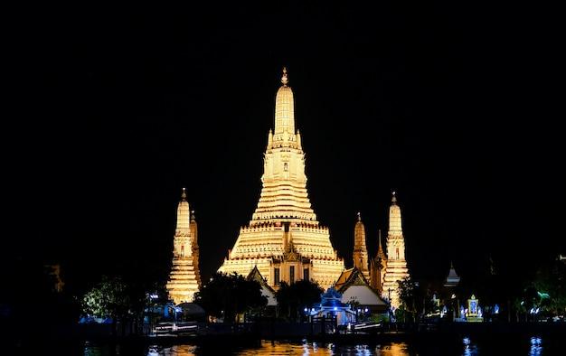 Wat arun temple nella notte a bangkok