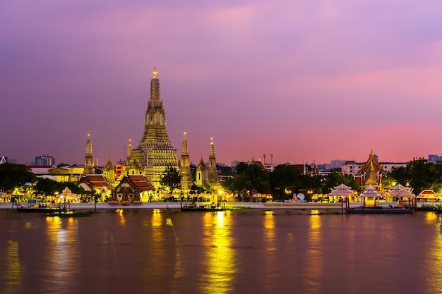 Tempio di wat arun con il fiume chao phraya al tramonto a bangkok, in thailandia