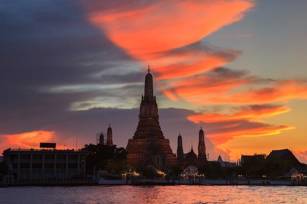 Wat arun in tempo crepuscolare e cielo fantastico, bangkok, tailandia