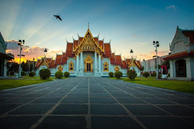 Wat benchamabophit, tempio di marmo una delle destinazioni di viaggio più popolari a bangkok in tailandia