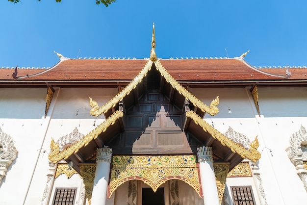 Wat chedi luang varavihara - tempio con una grande pagoda situato nel centro storico del tempio di chiang mai, thailandia