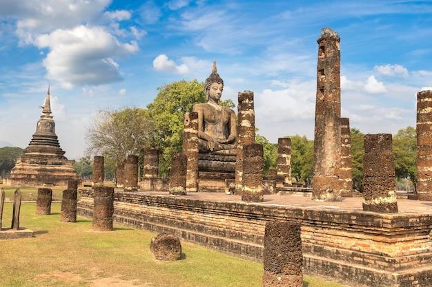 Tempio di wat mahathat nel parco storico di sukhothai, thailandia in un giorno d'estate