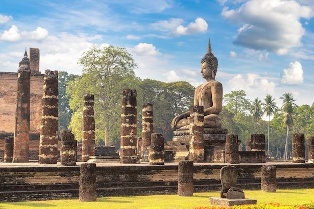 Tempio di wat mahathat nel parco storico di sukhothai