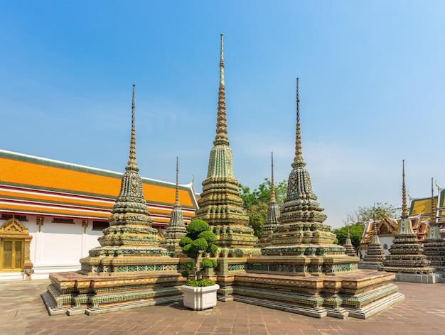 Tempio di wat pho dietro dal grand palace, dove si trova il famoso punto di riferimento a bangkok, in thailandia.
