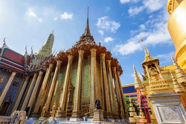 Wat phra kaew e grand palace in giornata di sole, bangkok, thailandia