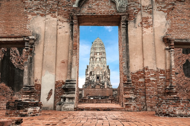Wat rachaburana nel parco storico di ayutthaya, provincia di ayutthaya, thailandia. patrimonio mondiale dell'unesco