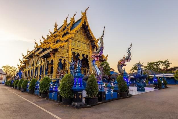 Tempio wat rong sua ten, provincia di chiang rai, thailandia, è una destinazione popolare e punto di riferimento di chiang rai