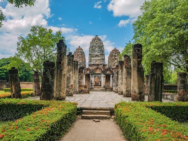 Tempio di sawai di wat si al parco storico di sukhothai, città tailandia di sukhothai