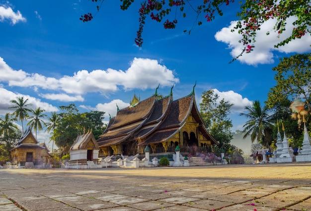 Wat xieng thong (tempio della città d'oro) a luang prabang, laos. il tempio di xieng thong è uno dei più importanti monasteri del laos.