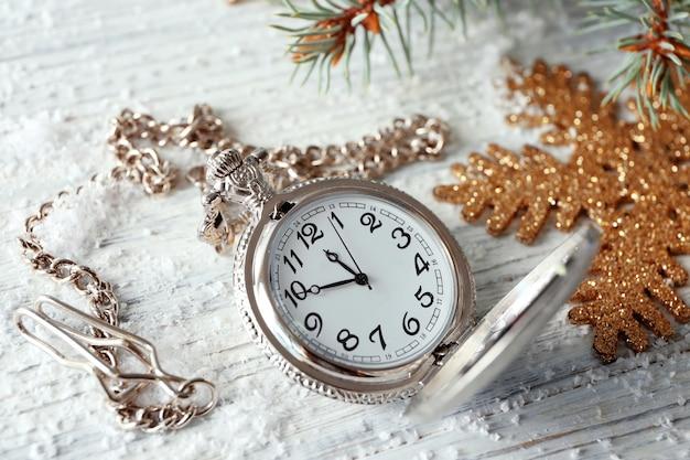 Orologio e decorazioni sul tavolo. concetto di conto alla rovescia di natale