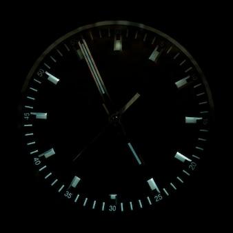 Il quadrante dell'orologio è nero. lancette dell'orologio lucido.