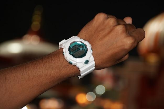 Orologio in mano che mostra il tempo