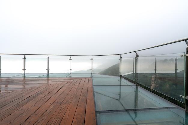 Guarda le cime e le nuvole dalla piattaforma panoramica del parco
