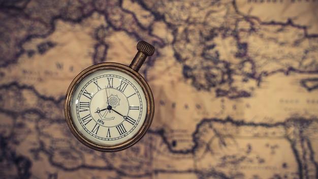 Guarda il ciondolo sulla mappa del mondo
