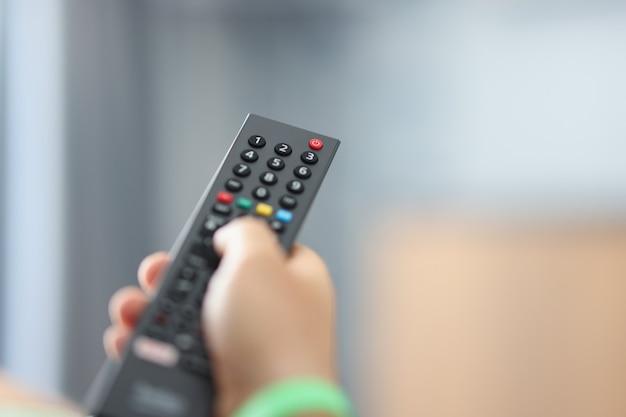 Guardare la tv e usare il concetto di telecomando