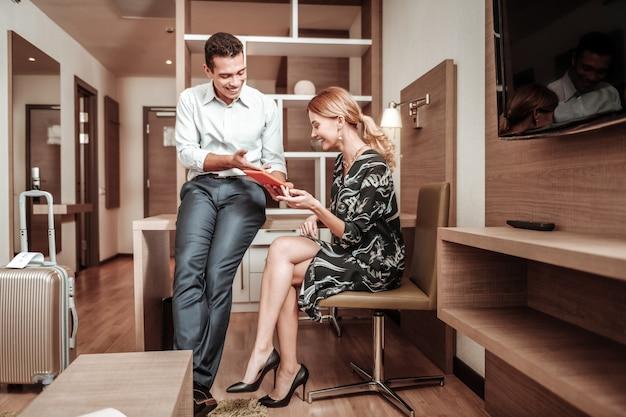 Guardare il video. coppia di uomini d'affari che guardano video interessanti su tablet pur avendo un po 'di riposo dopo il volo