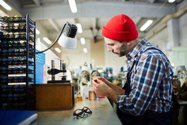Orologiaio in fabbrica