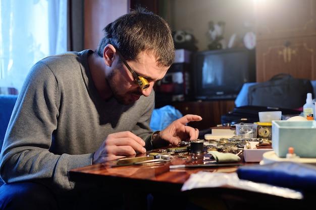 Orologiaio che ripara un orologio