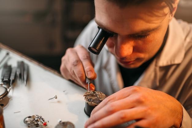 Orologiaio con meccanismo di riparazione a lente di ingrandimento