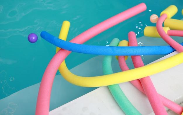 Attrezzatura aerobica in acqua. tagliatelle aqua colorata in piscina