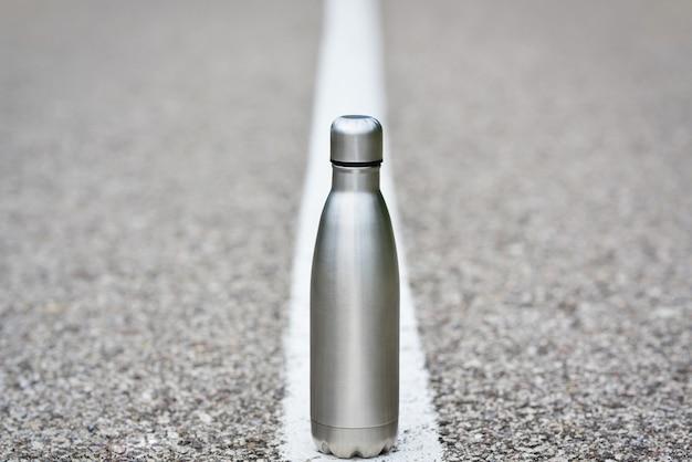 Bottiglia d'acqua su asfalto essere senza plastica zero rifiuti