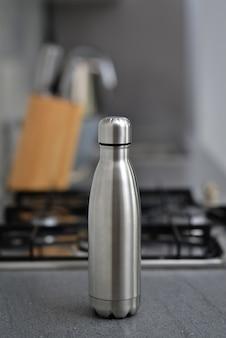 Bottiglia d'acqua sul tavolo della cucina concetto pulito spazio copia zero sprechi senza plastica