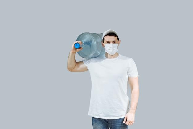 Fattorino dell'acqua con i guanti con una bottiglia d'acqua sulla spalla