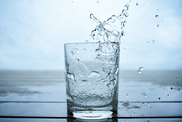 Acqua da bere versata in un bicchiere
