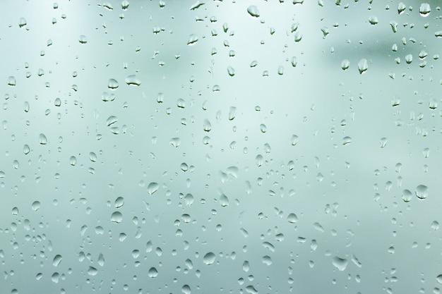 Goccia d'acqua sullo sfondo della finestra di vetro.