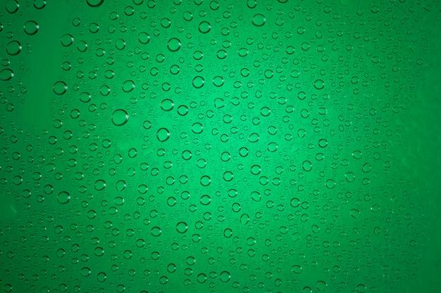 Gocce d'acqua su sfondo verde.