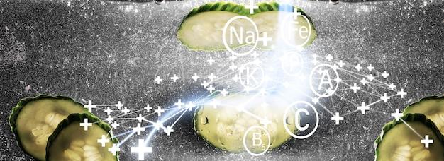Gocce d'acqua sul cetriolo maturo. sfondo di verdure fresche con copia spazio per il testo. concetto vegano e vegetariano.