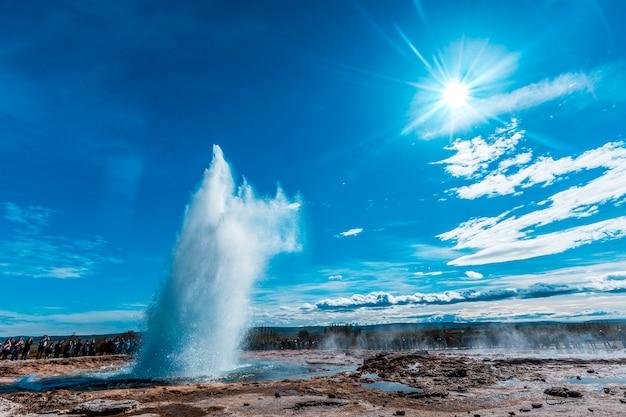 Esplosione di acqua nel geysir strokkur del cerchio d'oro del sud dell'islanda