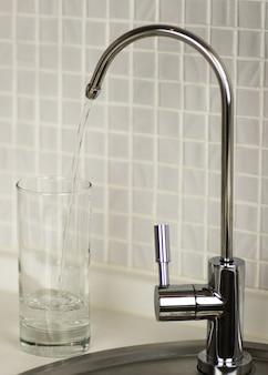 Rubinetto dell'acqua in cucina