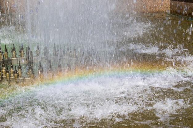 Fontana di acqua con il primo piano dell'arcobaleno