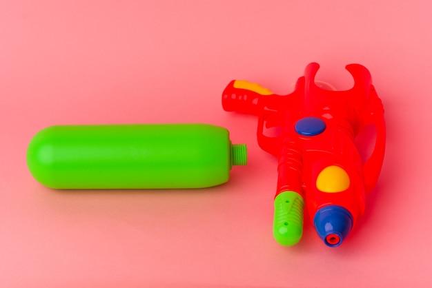Pistola ad acqua isolata su sfondo rosa