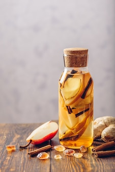 Acqua infusa con radice di pera e zenzero e bastoncino di cannella