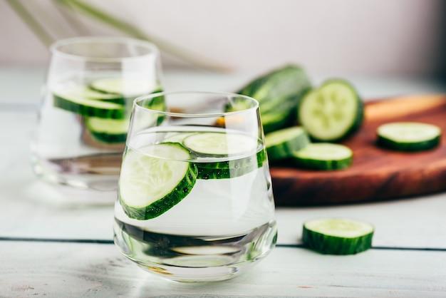 Acqua infusa con cetriolo affettato in un bicchiere
