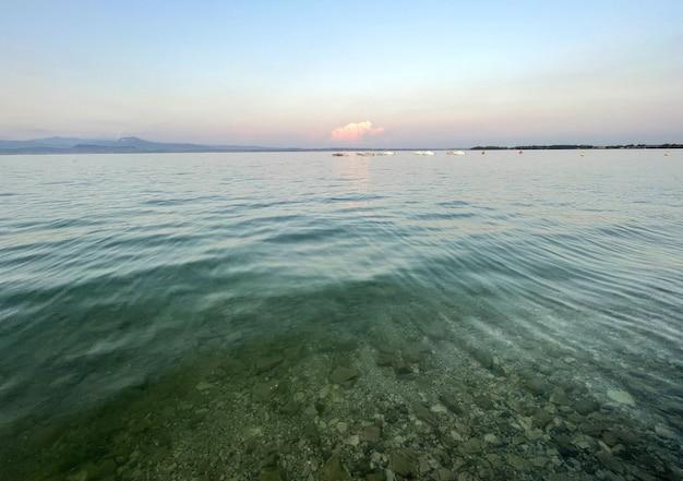 Acqua del lago di garda in italia circondata da montagne