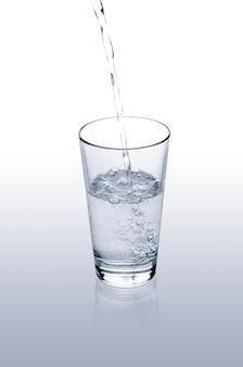 Acqua che versa su un bicchiere
