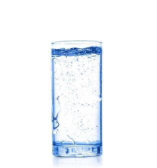 L'acqua si versa nel bicchiere su un bianco isolato isolated