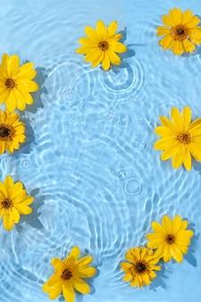 Increspatura dell'acqua con fiori gialli. sfondo alla moda per la presentazione di prodotti cosmetici. concetto artistico. copia spazio