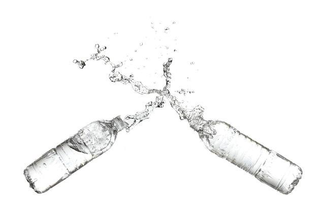 Spruzzi d'acqua da una bottiglia di plastica