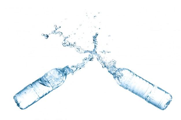 Spruzzata dell'acqua dalle bottiglie di plastica isolate su fondo bianco