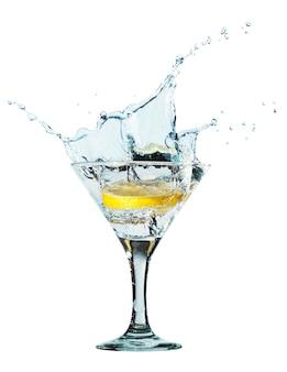 Spruzzi d'acqua in un bicchiere di colore blu